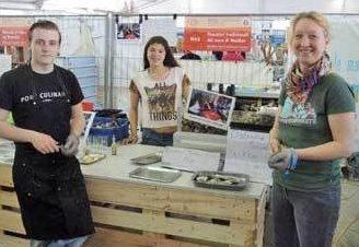 netVISwerk-lid Barbara Geertsema bereidt oesters tijdens Slow Fish in Genua